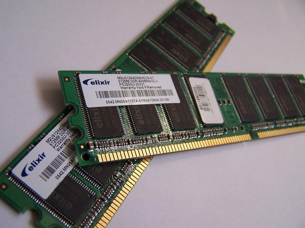 Há duas plaquinhas de Memória RAM DDR3 sobrepostas.