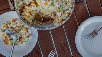 Como fazer arroz à grega na panela elétrica?