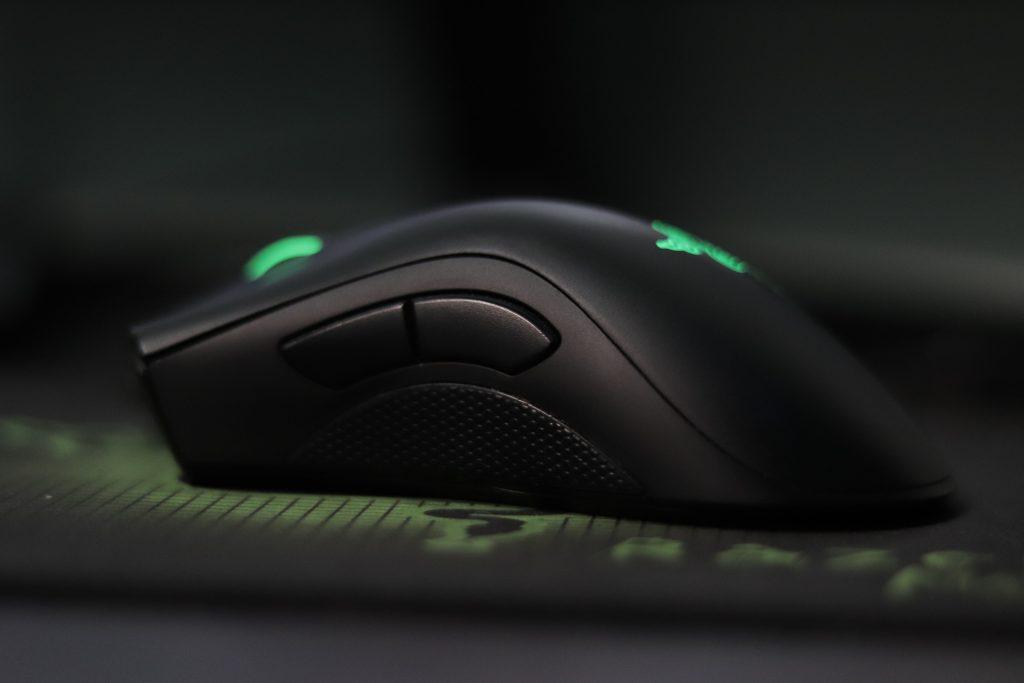 Demonstração de um mouse gamer posicionado de lado.