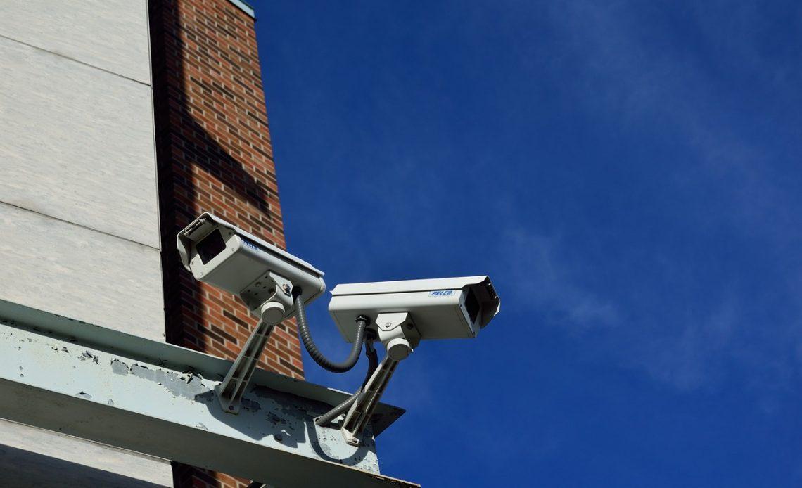 Duas câmeras instaladas lado a lado na fachada de uma casa.