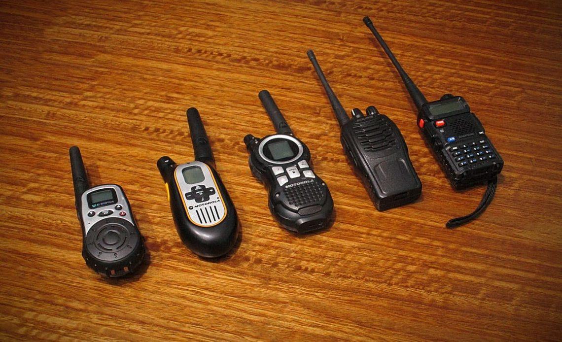 5 modelos de rádio comunicador lado a lado.