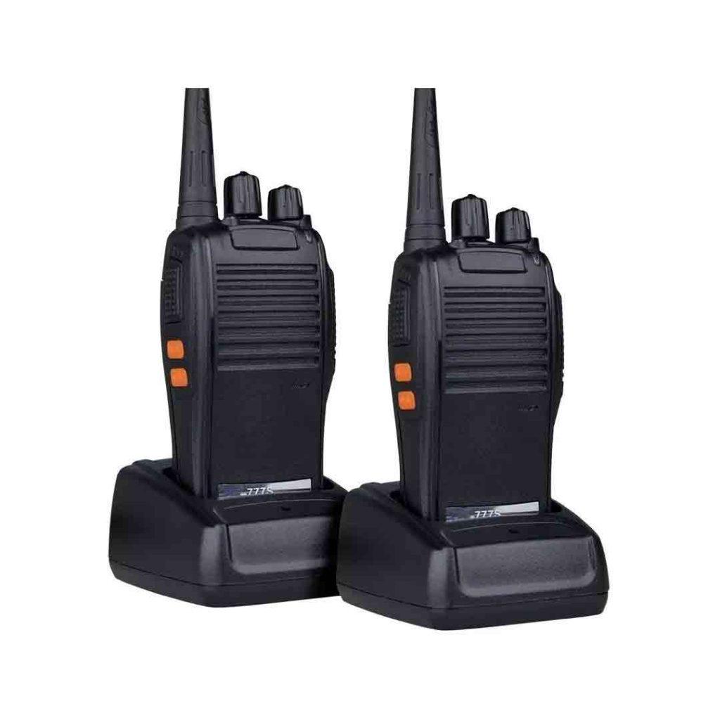 Par de rádios comunicadores da Baofeng no modelo 777s, lado a lado.