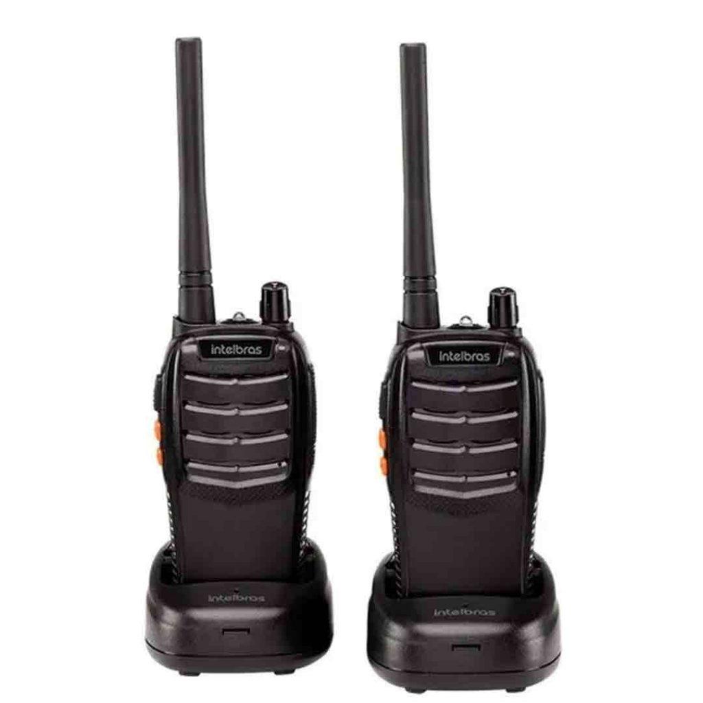 Par de rádios comunicadores da Intelbras. Ambos estão sobre uma base carregadora.