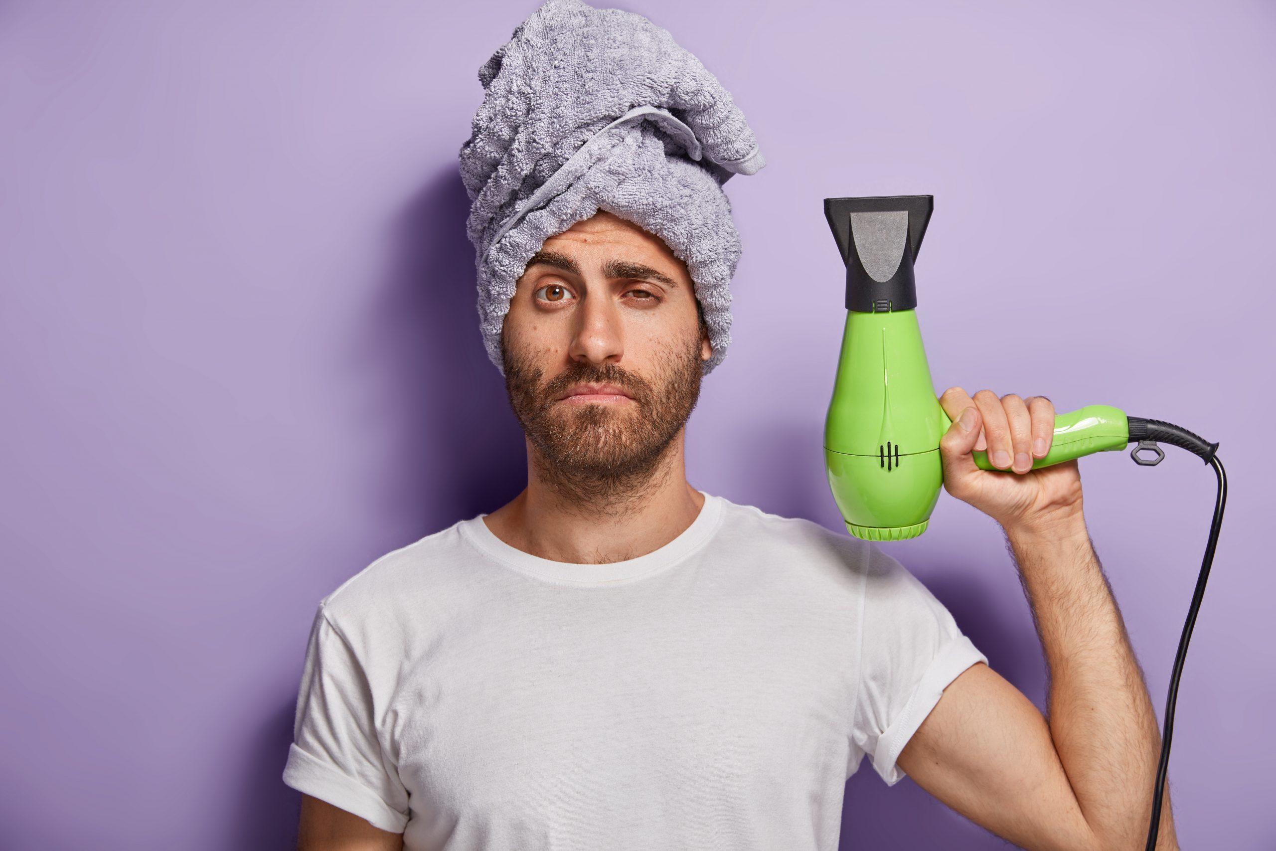 homem com secador de cabelo profissional