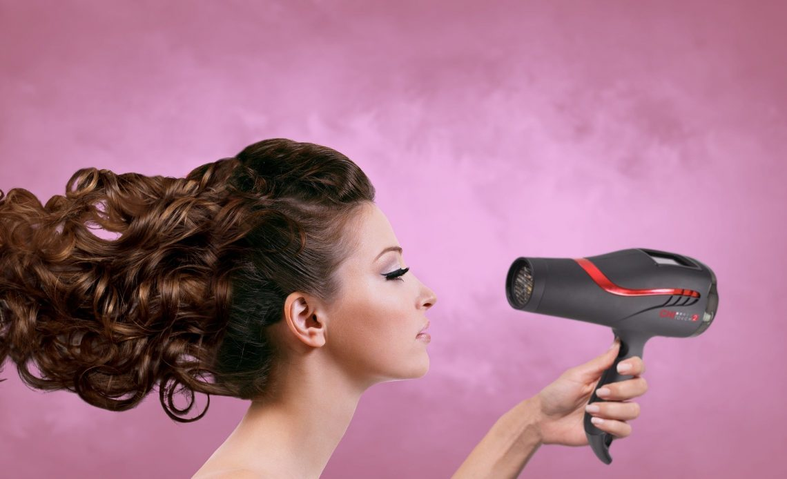 Qual a diferença entre o secador de cabelo profissional e o comum?
